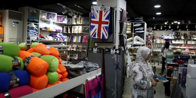 A carpet adorned with a British Union flag is displayed for sale at  the art and decoration shop in Algiers, Algeria August 28, 2016.  REUTERS/ Zohra Bensemra - D1BETYUQRTAB